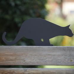 Koty na płoty - Bonifacy przykręcony do płotu