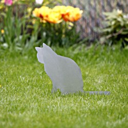 Kot Anatol rdzewieje wbity w trawę