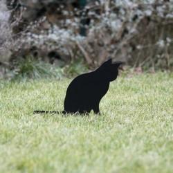 Strach na wróble kot Anatol na trawniku