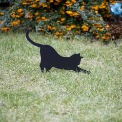 Czarny kot Mizia wbity w trawnik