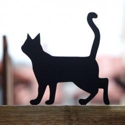 Figurka kota do ogrodu przykręcona do płotu.
