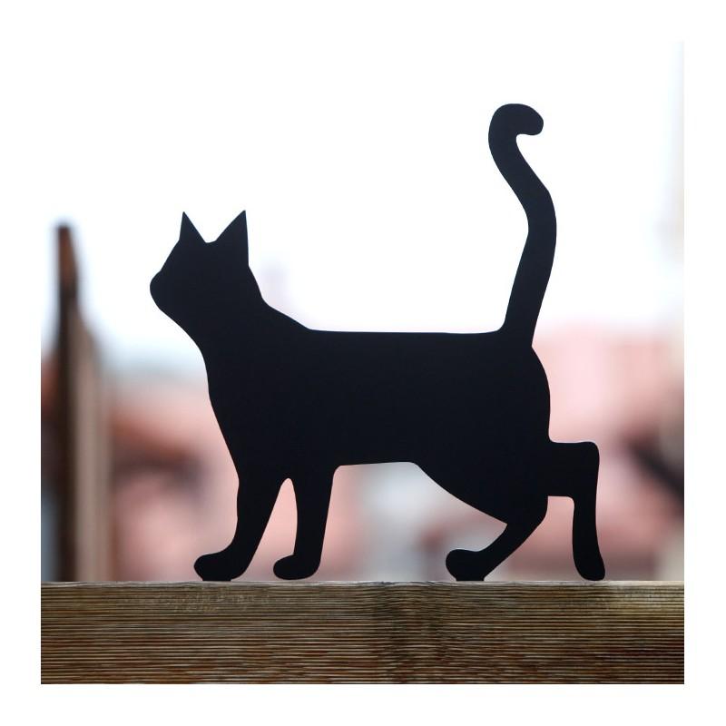 Prezent do ogrodu Kot Lump  przykręcona do płotu.