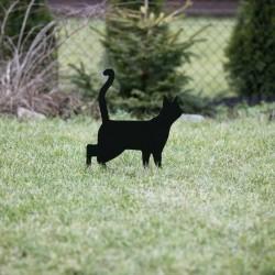Kot Lump wbity w trawę, to świetny prezent do ogrodu