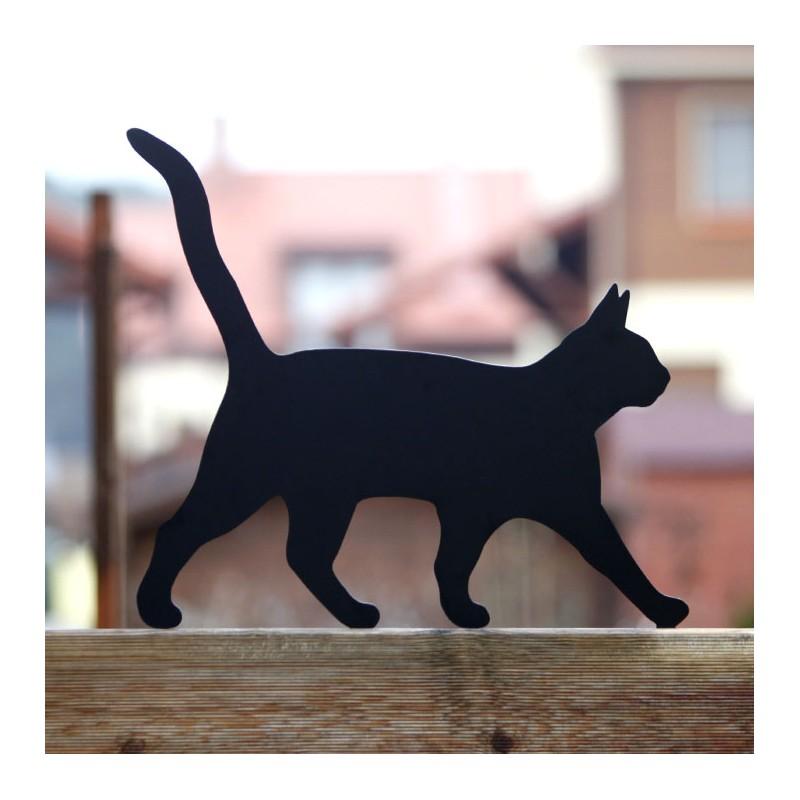 Figurka kota do ogrodu przykręcona do płotu